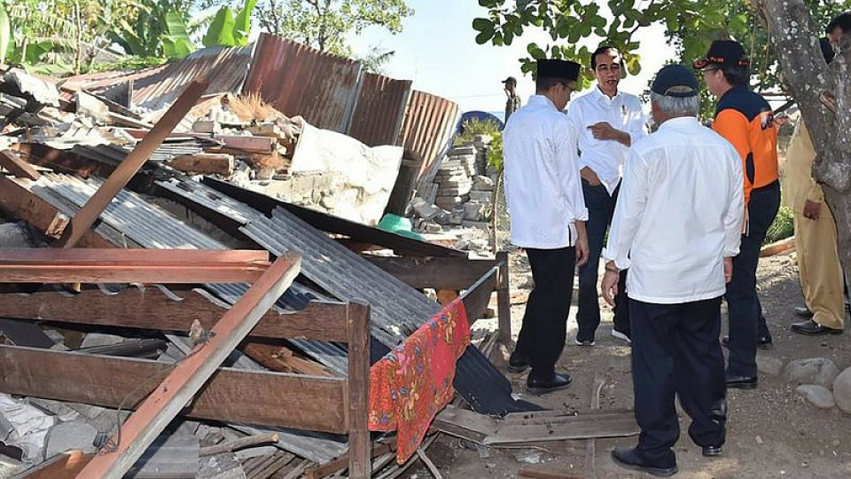 The Indonesian President inspects quake damage